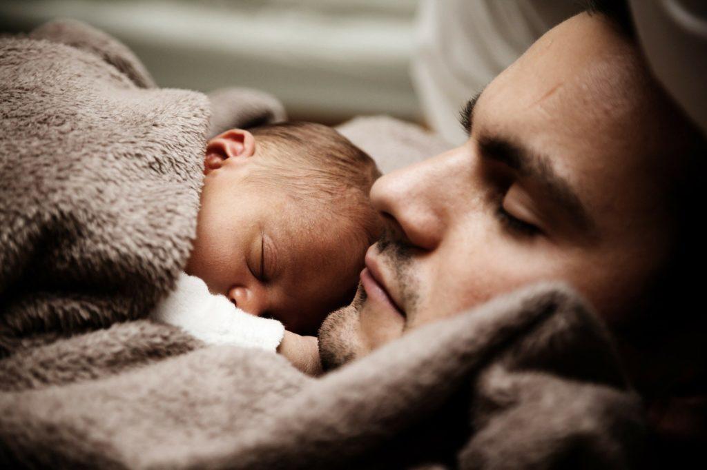 Congé paternité pour le bien de bébé